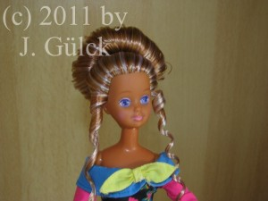Her hairdo was inspired by party-hairdos from the 1990s.