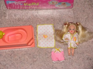 Shelly/Kelly with saran hair, bathtube, towel and bathing gown and the yellow border